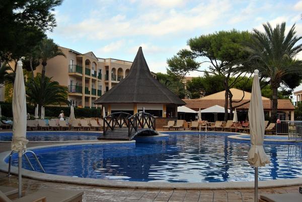 Piscina y chiringuito Hotel Viva Cala Mesquida Resort