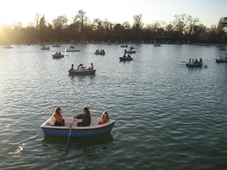 Paseo en barca en el parque de el retiro for Parque del retiro barcas